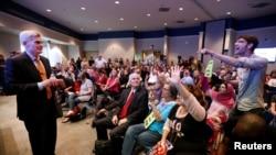 Republikanski senator Bil Kasidi izviždan je na lokalnom skupu sa biračima u Luizijani.