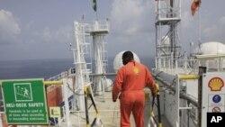 Un employé de Shell au Nigeria après une fuite de pétrole, le 26 décembre 2011. (AP Photo/Sunday Alamba)