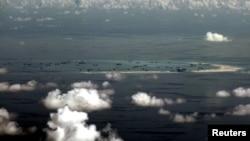 图为中国在斯普拉特利群岛的美斯奇夫礁(Mischief Reef,中国称美济礁)的建造情况(菲律宾军用飞机2015年5月11日拍摄)