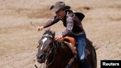 오클라호마 버니빌 출신의 카우걸 제인 멜비가 말을 타고 있다.