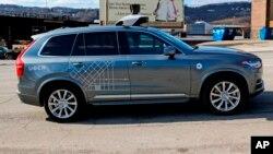 Un auto de Uber autodirigido marca Volvo, recorre Pittsburgh el Viernes, 17 de marzo de 2017.