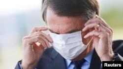"Presiden Bolsonaro dites corona setelah merasakan ""tidak enak badan, otot pegal-pegal""."