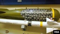 Bom rumpun dirancang untuk meledak di udara dan menyebarkan bom-bom kecil ke daerah yang luas.