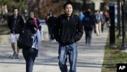 來自上海的中國學生王克道(音譯)行走在美國密西根大學的校園裡(資料照片)。 2012年密西根大學總共招收了6千4百多名外國學生。