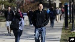 In this FridaKedao Wang, 21, asal Shanghai, Tiongkok, mahasiswa S-1 tahun terakhir di Universitas Michigan sedang berjalan di kampus. Mahasiswa asing terbanyak di Amerika dalam tahun akademis 2011/2012 berasal dari Tiongkok (foto: Dok).