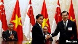 """Chủ tịch Đà Nẵng Huỳnh Đức Thơ (ngoài cùng bên phải) hôm 28/12 """"kiến nghị thủ tướng, Bộ Công an, thanh tra chính phủ tăng cường chỉ đạo khẩn trương việc truy nã"""" ông Vũ."""
