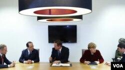 از چپ به راست: نخست وزیر لهستان دونالد توسک، فرانسوا اولاند رئیس جمهور فرانسه، دیوید کامرون، نخست وزیر بریتانیا، آنگلا مرکل، صدراعظم آلمان و ماتئو رنزی نخست وزیر ایتالیا، پیش از اجلاس اضطراری رهبران اروپا در اوکراین در بروکسل، ۶ مارس ۲۰۱۴.