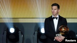 FC Barcelona's Lionel Messi of Argentina holds the World Player of the Year award during the FIFA Ballon d'Or 2015 ceremony in Zurich, Switzerland, January 11, 2016. REUTERS/Arnd Wiegmann - RTX21WYE