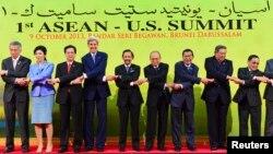 代表美国总统奥巴马的国务卿克里(左四)、越南总理阮晋勇(左三)和其他东盟国家领导人参加第一届东盟-美国峰会。
