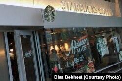 FILE - Customers buy coffee at a Starbucks store in Washington, DC, April 19, 2018. (Photo: Diaa Bekheet)