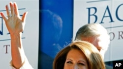 ທ່ານນາງ Michele Bachmann ສະມາຊິກສະພາຕໍ່າສະຫະລັດ ຈາກລັດມິນເນໂຊຕາ ໂບກມືໃສ່ພວກສະໜັບສະໜຸນ ທາງນອກລົດ ບັສຫາສຽງຂອງທ່ານນາງ ຫລັງຈາກຖືກປະກາດວ່າ ເປັນຜູ້ຊະນະ ການເລຶອກຕັ້ງ Straw Poll ຂອງພັກ Republican ທີ່ລັດ Iowa, ວັນທີ 14 ສິງຫາ 2011