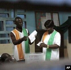 Ma'ikatan zabe na Ivory Coast su na kidaya kuri'u lokacin zagayen farko na zaben shugaban kasa ranar Lahadi 31 Oktoba 2010