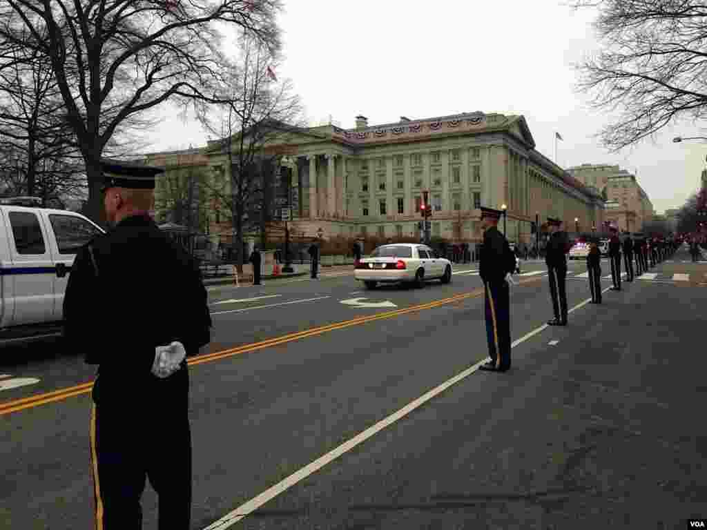 設立在白宮北側的觀禮台﹐奧巴馬總統屆時將在這里欣賞遊行與閱兵。