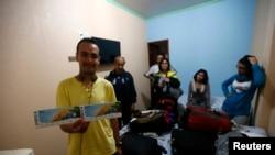 Warga Bolivia Brian Jauregui (kiri) keluarganya di dalam kamar di Hotel Opcao di Manaus, Brazil (16/6). (Reuters/Andres Stapff)