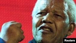 Ông Nelson Mandela đã thọ án tù 27 năm vì những hoạt động chống lại chế độ phân chia chủng tộc của Nam Phi và được đắc cử để trở thành vị Tổng Thống da đen đầu tiên của Nam Phi.