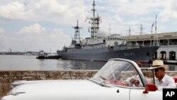 一辆美国老爷车2月27日在哈瓦那港停靠俄罗斯间谍军舰的码头驶过