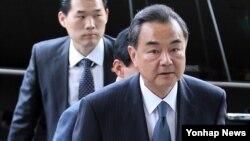 왕이 중국 외교부장이 26일 한-중 외교장관 회담을 위해 서울 외교부 청사 안으로 들어서고 있다.