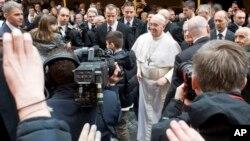 教宗方济2013年3月17日在梵蒂冈迎接信众