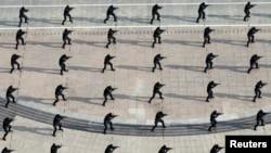 中国特警部队在山东进行反恐训练。(2014年7月11日)