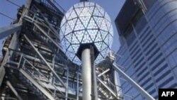 Khoảng một triệu người sẽ tụ tập ở Times Square (Quảng Trường Thời Gian) để chứng kiến một trái bóng khổng lồ rực rỡ ánh đèn được thả từ trên tháp cao xuống
