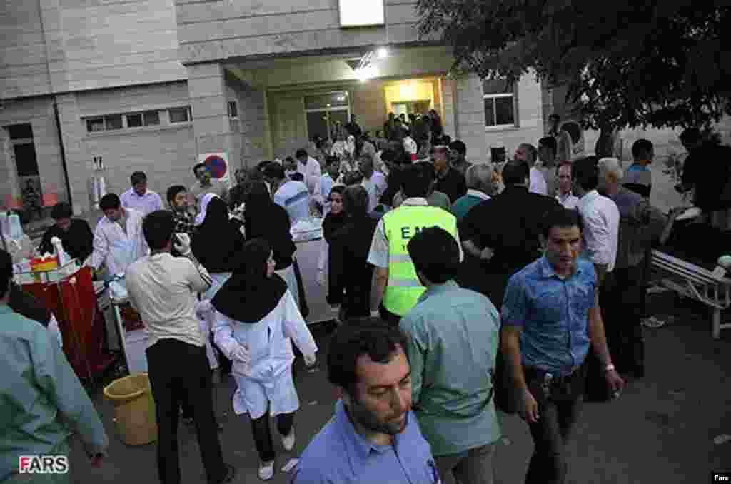 8月11日阿哈爾鎮醫院治療受傷災民以及受傷災民的家屬等候的情況