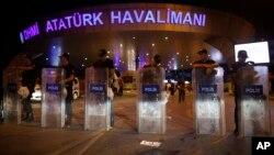 La police turque l'entrée de l'aéroport le 29 juin 2016, après deux explosions qui ont tuées 41 personnes et blessées 239.