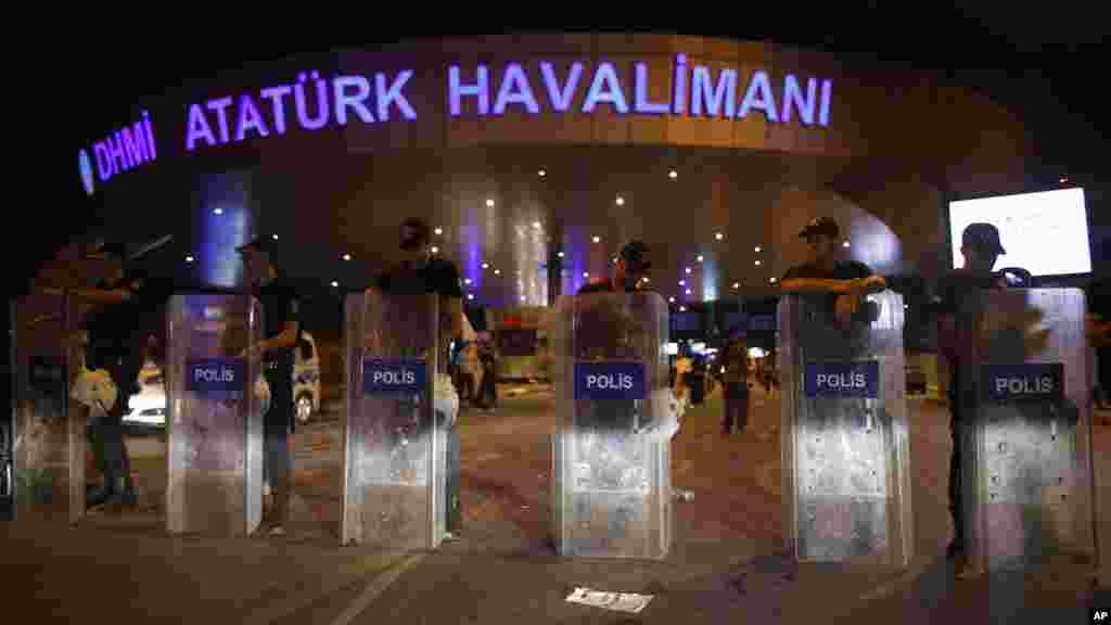 La police turque bloque l'entrée de l'aéroport dans la matinée à Istanbul, le 29 juin 2016.