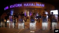 Polisi Turki memblokir jalan masuk ke bandar udara Ataturk, Istanbul (29/6). (AP/Emrah Gurel)