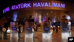 El ataque ocurrió afuera de la terminal internacional del aeropuerto Ataturk, el más grande y más importante de Turquía.