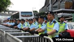 香港警察在铁马以及水马路障后面严阵以待