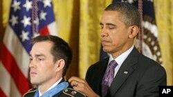 奧巴馬2月11日向退伍陸軍上士克林頓羅梅謝頒授榮譽勳章