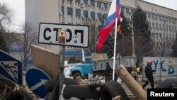 手舉俄羅斯國旗的親俄羅斯示威者4月10日在烏克蘭的盧甘斯克安全部門外。