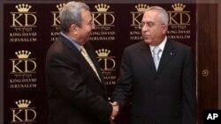 以色列國防部長巴拉克(左)與巴勒斯坦總理法耶茲於2010年七月五日在耶路撒冷開會 前握手留影(資料圖片)