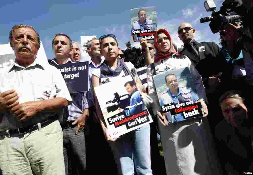 Жители Турции на демонстрации у посольства Сирии в Анкаре: они требуют освобождения захваченных журналистов