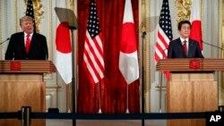 도널드 트럼프 미국 대통령과 아베 신조 일본 총리가 27일 도쿄 아카사카 궁에서 기자회견을 열었다.
