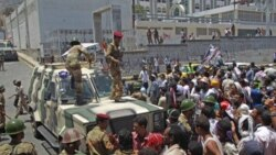 سربازان یمنی در مقابله با معترضانی که خواهان استفای علی عبدالله صالح هستند - تعز، ۲۸ آوریل ۲۰۱۱