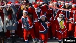 """12月17日在中国沈阳街头举行的""""圣诞跑""""活动"""