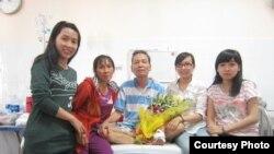 Nhà giáo bất đồng chính kiến Đinh Đăng Định và gia đình, hình chụp ngày 16/2/2014.