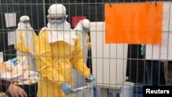 Tình nguyện viên của tổ chức Bác sĩ Không biên giới tham gia lớp huấn luyện cách mặc thiết bị bảo hộ Ebola đúng cách.