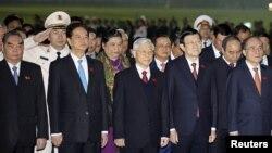 Thủ tướng Nguyễn Tấn Dũng, Tổng Bí thư Nguyễn Phú Trọng, Chủ tịch nước Trương Tấn Sang, Chủ tịch Quốc hội Nguyễn Sinh Hùng tham dự một buổi lễ đặt vòng hoa tại lăng Hồ Chí Minh tại Hà Nội, ngày 20/1/2016.