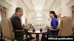 ျမန္မာ့ဒီမိုကေရစီေခါင္းေဆာင္ ေဒၚေအာင္ဆန္းစုၾကည္နဲ႔ စကၤာပူ၀န္ႀကီးခ်ဳပ္ Lee Hsien Long တုိ႔ ၂၃ စက္တင္ဘာလ ၂၀၁၃ က ေတြ႔ဆံုၾကစဥ္။ (ဓာတ္ပံု - https://www.facebook.com/leehsienloong)