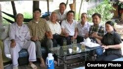 Nhà tranh đấu dân chủ Nguyễn Bắc Truyển (thứ hai từ bên phải), từng lãnh án 3 năm rưỡi tù giam hồi năm 2007 về tội danh 'tuyên truyền chống Nhà nước', chụp hình chung với các cựu tù nhân chính trị khác tại Việt Nam.