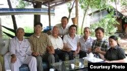 Pembangkang Nguyen Bac Truyen dan mantan tahanan politik Vietnam lainnya.