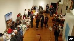 在愛達荷州莫斯科市﹐民眾仔細挑選交換市場上捐贈的物品