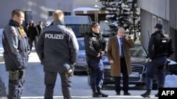 """La police déployée après une """"petite explosion"""" survenue au Morosani Posthotel, à Davos, Suisse, le 27 janvier 2011 ."""