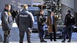 """Des policiers russes déployés après une """"petite explosion"""" survenue au Morosani Posthotel, à Davos, Suisse, , le 27 janvier 2011 ."""
