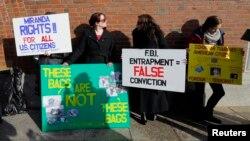 Демонстранты у здания суда в Бостоне настаивают, что доказательства в деле о взрывах сфабрикованы