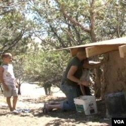 Warga membangun tembok rumah yang ramah lingkungan dari campuran tanah liat.