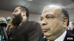 Saad el-Katatni (kanan), Sekjen Partai Kebebasan dan Keadilan milik Ikwanul Muslimin terpilih sebagai Ketua Parlemen Mesir yang baru (16/1).