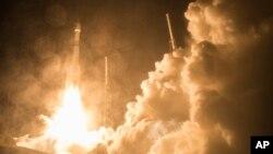 미 항공우주국(NASA)이 12일 밤 미국 플로리다주 케이프 커내버럴 우주센터에서 지구와 태양 사이 자기장 관계를 연구하기 위한 무인 관측위성을 발사했다.